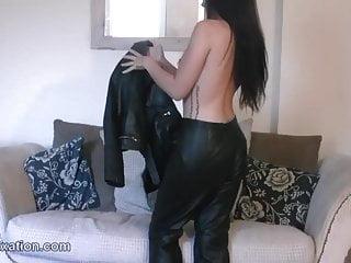 Tight von Studio PornPros Leather Fixation nackte Brünette in engen Lederhosen und Babe ist Gangster