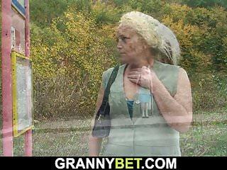 Granny Bet alte Hündin wird abgeholt und gefickt
