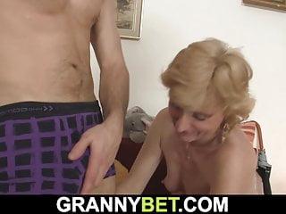 Granny Bet er fickt dünne blonde 50 Jahre alte reife Frau