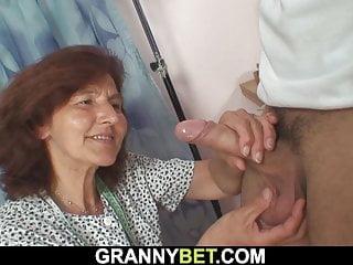 Young von Studio Sinsational Granny Bet junge Kerl fickt nähen 60 Jahre alte Frau