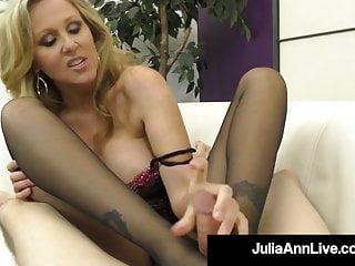 Julia Ann Live dom cougar Julia Ann bestraft einen Sklavenschwanz mit Strumpfhosen!
