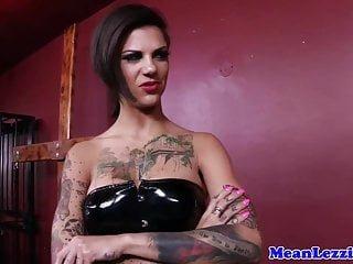 Lesbian von Studio Private Brazzers Skin Diamond Bonnie Rotten tätowierte latex dominatrix fickt neue Herrin