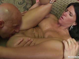 Moms With Boys Channel Milf Kendra Secrets Couch gefickt im Chat-Studio