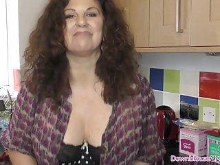 Oiled Up von Studio Elegant Angel Downblouse Loving Gilly Sampson große Brüste reifen Frau ölen ihre Waren