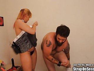 Strap On Sessions laktierende Riemen auf Küken Pegging bärtigen Kerl mit Prinzessin