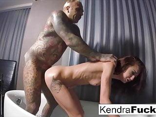 Kendra Cole Riesen-Bad einweichen führt zu ernsthaften ficken!