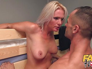 Kathy Anderson Fake hostel hitman kommt, um sexy reife Vermieterin zu nehmen
