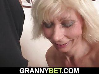 Granny Bet er doggy-fucks sehr heiße blonde reife Frau