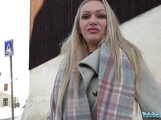 Busty von Studio Nubile Films Fake Hub öffentlichen Agent sexy vollbusige cougar Hausfrau Amber Jayne saugt ein